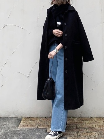 スタンダードな長年愛せるコートには、定番のカジュアルコーデを仕込んで。どこか女性らしさが漂うのは、小ぶりなバッグと、手元のアクセサリーの合わせ方に抜かりがないから。