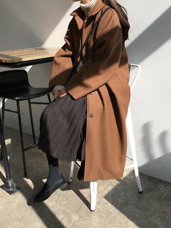 """クローゼットの奥では、これからの寒い冬のお洒落シーンを一緒に乗り切ることになるであろう""""コート""""が出番を待ちわびています。私たちもお気に入りのコートを着るときは気持ちがちょっとだけ高まりますよね。今回は今年のトレンドでもある、着回し力抜群なシンプルロングコートの、様々なコーデを一挙ご紹介します!"""