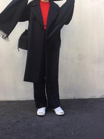流行に左右されないブラックコートは、ひざ下ジャスト丈の好バランスさが素敵。黒をベースにまとめたコーデには、差し色に赤のニット、スニーカーで白を足して軽さをプラスしてフレンチカジュアルに。