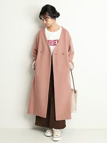 淡いピンクのコートは、ラフにロゴTを合わせてラフ&カジュアルに。ポイントは黒ではなく、濃いブラウンで引き締めている事。コントラストをきつくしすぎないことで、優しげな印象が残せます。