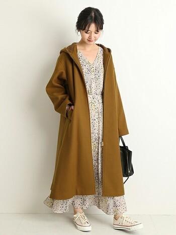 ふくらはぎもすっぽり隠れるコートは、シンプルなデザインながらもフードがついてほっこりムード。たまに着たくなるほんのり甘いワンピースを合わせてもしっくり♪