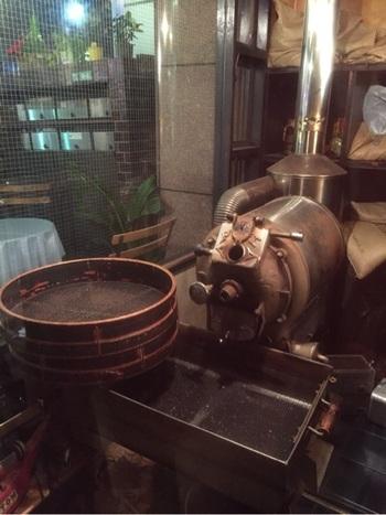 ガラス窓越しの焙煎機でそれと分かる♪深煎りの豆をネルドリップで淹れてくれる喫茶店です。