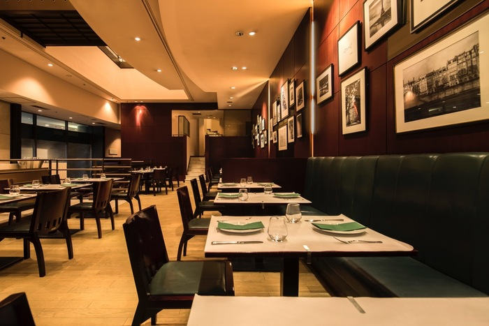 ホテル以外にも、アフタヌーンティー ができる素敵なレストランもあります。画像はパリの老舗カフェ「ドゥマゴ」の渋谷本店です。芸術複合施設「Bunkamura」内にあり、どこか文化的な雰囲気が漂うシックなフレンチレストランです。