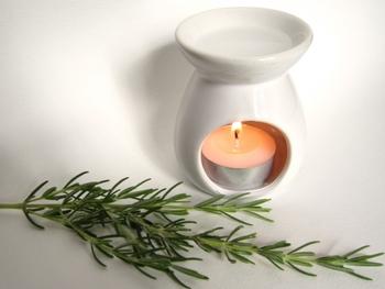受け皿に水とオイルを入れ、下から温めて使います。オイルを温めることで香りが広がるんですよ。キャンドルタイプや電気タイプがあり、シーンに合わせて使えます。熱を持つので、子供の手が届く場所には置かないでくださいね。