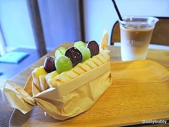 またこちらのお店に伺った際には、鴨葱サンドと同じくらい人気のフルーツカスタードサンドもお見逃しなく♪時期によってフルーツが変わるので要チェックです。