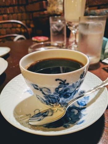 コーヒー豆専門店「コクテール堂」から取り寄せた深煎りのオールドビーンズをネルドリップで淹れた『ブレンド』。カップ&ソーサーはリチャードジノリをはじめとしたヨーロッパの名窯が使われています。