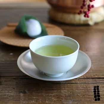 シンプルな汲出し(湯呑茶碗)は、おもてなしなどでも役立つフォーマルな器。あると便利です。また、茶托付きの湯呑みは意外にも洋風の飲み物にも合い、スプーンを添えられるので、おさまりがいいですね。