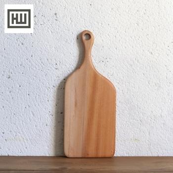 こちらはイーストロンドンに工房を構える木工製品メーカー、HAMPSON WOODS(ハンプソンウッズ)のおしゃれなカッティングボードです。素材にはプラタナスの一種である「ロンドンプレイン」を使用しています。手仕事の温かみを感じさせる素朴な風合いと、美しい曲線を描く独特のフォルムが特徴です。