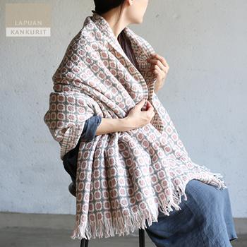 こちらは同じく「LAPUAN KANKURIT」のウールブランケット。生後6〜7ヶ月のラムウールを使用して織り上げたテキスタイルは軽く、やわらかな手触り。甘くなり過ぎない絶妙な配色で、肩からふわりと羽織ったり、ソファやベッドにかけてもおしゃれです。