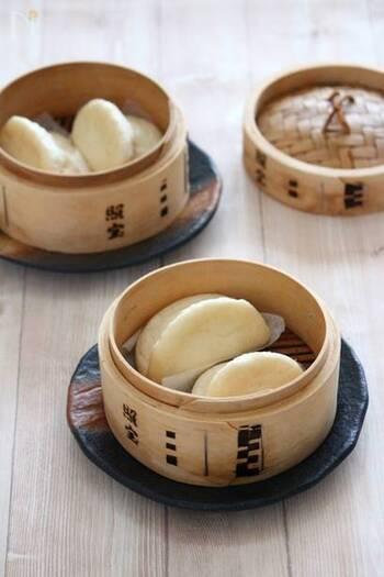饅頭は、小麦粉を発酵させて蒸した中華蒸しパンのことです。最近では、中に具や餡が入っていない皮だけのものを「饅頭」と呼び、具や餡入りのものは下でご紹介する「包子(パオズ)」といわれます。