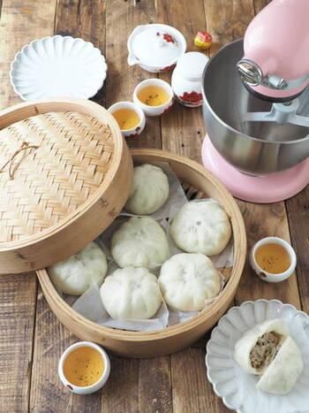 饅頭の中に具や餡が入っているのが、包子。香港や広東省では、叉焼包(チャーシューパオ)が人気だとか。豚肉やニラなど塩味の具が入ったもののほか、小豆餡やカスタードクリームが入った甘いものもあります。