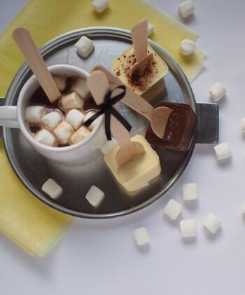 スティックをホットミルクに入れて混ぜることで、手軽にホットチョコレートを作ることができます。製氷機を使えば簡単に手作りできますよ♪