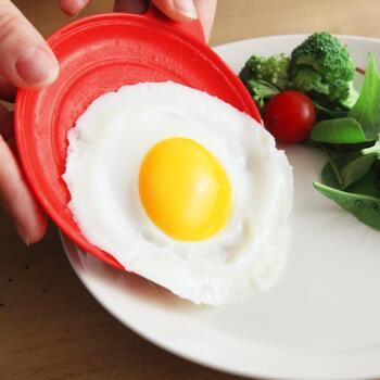 電子レンジで目玉焼きや、スクランブルエッグが作れるエッグクッカー。パン派の朝ごはんには卵料理が欠かせませんよね。失敗することなく簡単に作れて、洗い物も少なくて済むので楽チンです♪