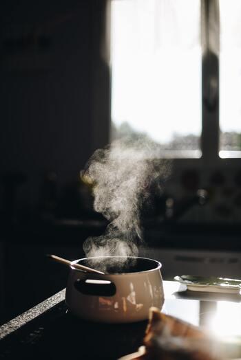 ミルクパンで温めるなら、気泡が出てくるまでゆっくりかき混ぜながら弱火にかけます。ふつふつし出したら、温度は60℃くらいなり飲み頃。吹きこぼれ&膜張り防止のためにも、沸騰させないことと混ぜ続けることがポイントです。