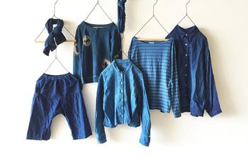 日本の藍染めの歴史は飛鳥~奈良時代に始まったと言われており、中国から伝来した藍染めが貴族に愛用され、時代とともに庶民の暮らしに根付いていったそうです。