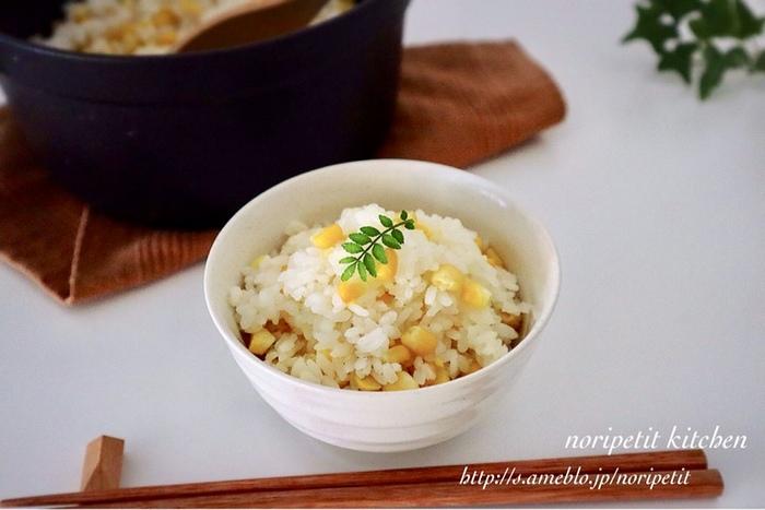 味付けは塩のみ。なのにとっても美味しい夏の旬ご飯の「とうもろこしご飯」。ポイントは芯の部分も一緒に炊き込むこと。盛り付けの際は、木の芽などの緑を添えてあげると、より美味しそうに見せることができますよ。