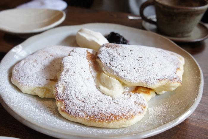 看板メニューのパンケーキはプルプルのフワフワ♪このとろける食感が人気で、平日でも長蛇の列が並びます。