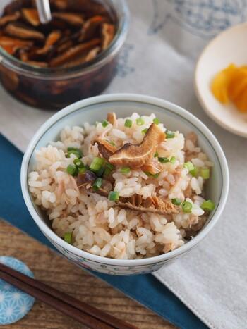 保存できる椎茸のうまだれとツナをご飯に混ぜ込んだ一品はおにぎりにしても美味しいですよ。