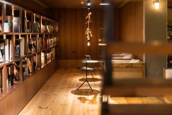 地下に降りると、そこは秘密基地のようなブックカフェ。洋書から絵本まで幅広いジャンルが揃っており、食事の後にドリンクを飲みながら読書にふけることができますよ。