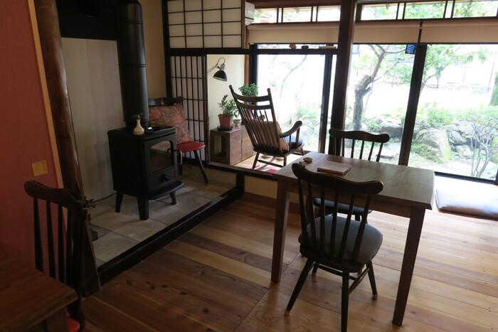 築120年以上の古民家をリノベーションした店内は、おばあちゃんの家のような穏やかな空間。金曜と土曜の夜にはバーとしても利用でき、まさに大人の隠れ家といったお店です。
