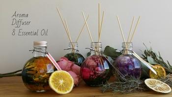 オイルの中にドライフラワーが入っていて、見た目も香りも癒されますね♪香りは8種類あり、ウッド系、フローラル系、柑橘系など好みに合わせて選べます。ギフトにもおすすめです!