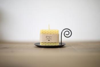 ハンドメイドで丁寧に作られたキャンドル。ミツバチが作る蜜蝋100%なので、空気を汚さず体に優しいんです。蜂蜜のような優しい色合いも魅力です。