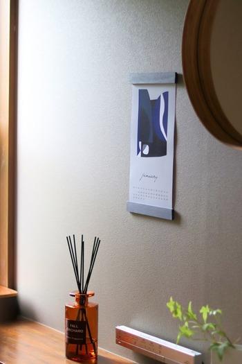 ダイソーで買ってきた100円の木材(角棒)を使って、カレンダー用のポスターハンガーを工作した、人気ブロガー・Na~さんの作品も参考になります。  作り方は、以下のURLよりご確認ください。