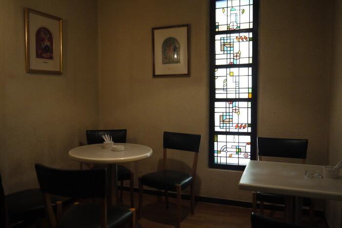 昭和の面影を残す店内。ステンドグラスは創業当時のもので、壁にはシャガールの絵が飾られています。メニューも純喫茶らしいラインナップで、世代を問わず愛されるお店です。