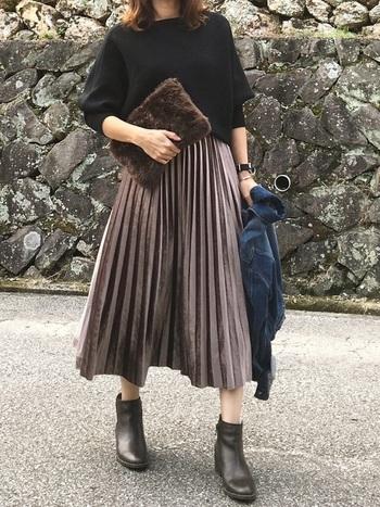 濃いめのラテカラーのスカート以外をブラックにすれば、ちょっとしたお出かけにもあいそうなコーデに。ボアのバッグとデニムジャケットの青もアクセントになっていますね。