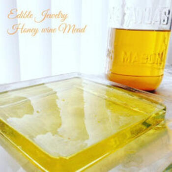 蜂蜜酒で作る琥珀糖。アルコール分は時間と共に飛ぶので舐めた時には蜂蜜の甘味がほんのり!見た目もきれいなスイーツです。
