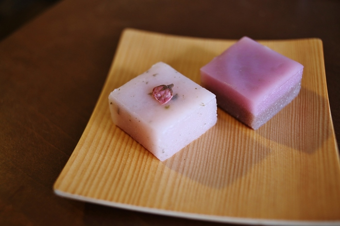 青柳ういろうの守山直営店とKITTE名古屋店の限定商品。上生菓子のような、繊細で可愛らしいひと口サイズのういろうです。季節限定品や月替わり品があり、訪れるたびに新しい味に出会えます。