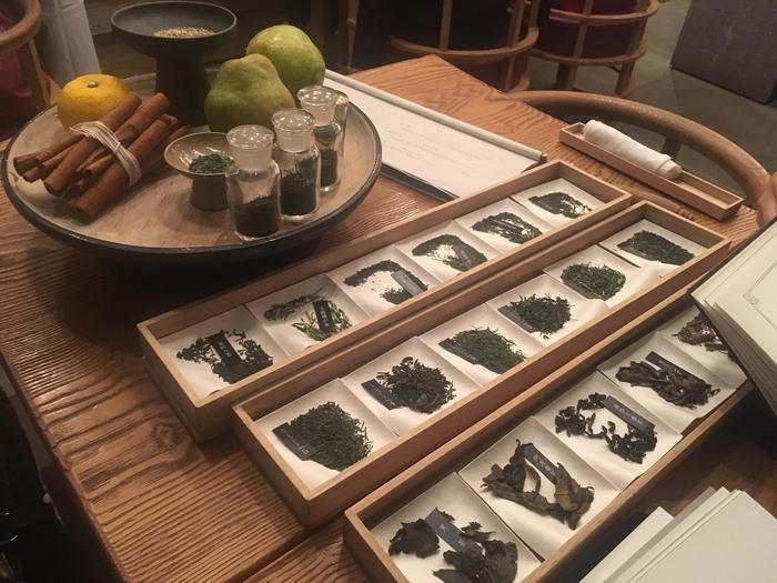 日本茶は2種を選ぶことができ、飲む順番もオーダーできます。種類の多さに悩んでしまうかも...という心配はご無用。詳しい解説の付いた素敵なカタログがあるので、香りや味わいを吟味して自分好みのお茶を見つけられますよ。 一煎目から三煎目まで、温度や抽出を調整しながら丁寧に淹れてもらえます。杯を重ねるごとに変化していく日本茶の奥深い世界を堪能してみてはいかがでしょうか。