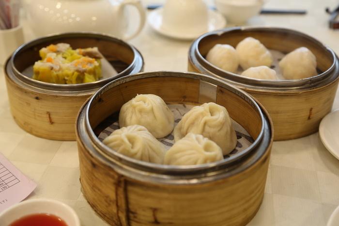 """飲茶は、中国広東省や香港・マカオなどで、中国茶を楽しみながら点心を食べる習慣のこと。点心は、小腹がすいたときに食べる軽食やお菓子などをすべて指し、範囲がとても広いのが特徴です。ちなみに、飲茶は広東語。英語では飲茶は""""Yumcha""""、点心は""""Dim Sum""""といいます。"""