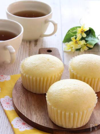 レモンのすっきりとした爽やかさとはちみつのふんわりとやわらかな甘さを楽しめる蒸しパンです。フライパンで仕上げるので、思い立ったらすぐに作れそうですね。
