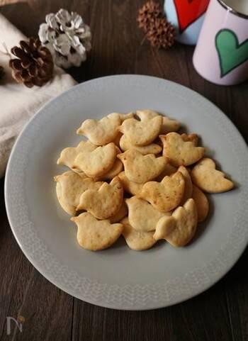 やわらかく茹でた里芋をクッキー生地に混ぜ込んでいます。カリッとした食感で、硬めに焼き上げるので、日持ちもします。作り置きして、少しずつ食べるのもいいですね。