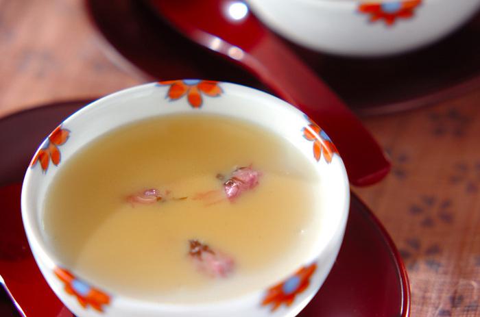 ミキサーでしっかり攪拌した絹ごし豆腐が滑らかなプリンになるなんて、驚きですね!いただくときに、メープルシロップを加えて、優しい甘さをプラスします。