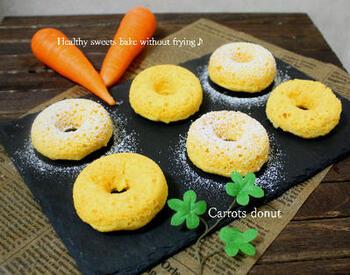 ホットケーキミックスを使って作る焼きドーナツは、なんと人参と豆腐でできたヘルシースイーツです。豆腐はしっかり水切りして使いましょう。