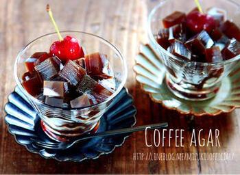 インスタントコーヒーで作るお手軽コーヒー寒天です。コーヒー寒天は、バットなどに大きく作って、四角くカットすると食べるときの分量を調整しやすくなります。
