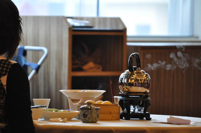 飲茶専門店では、まず中国茶の種類を選びます。本場では、お茶が運ばれてきたら、自分で器を洗う「洗杯(サイプイ)」という儀式もあるとか。そして、とくに香港ではいろいろな種類の点心がワゴンで運ばれ、積まれたせいろの中から好きなものを選びます。