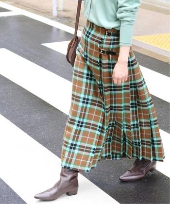 秋冬に似合う柄といえば、チェックを思い浮かべる人も多いかもしれませんね。ブラウンの持つ上品さや温かみのある雰囲気にもぴったりの柄です。  こちらは、スコットランドの老舗ブランド「TARA MILLS(タラ ミルズ)」のロングキルトスカート。ブラウンベースに今年らしいミントグリーンの配色が目を引きながらも、知的で爽やかな印象です。