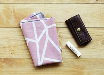 例えば、幾何学模様などのシンプルなデザインの手ぬぐいは、バッグの中に入れてもしっくり馴染みます。吸水性も高く、手拭きとしてだけでなく、裏返して汗を拭き取ることもでき、また食事のときはナフキン代わりにもなります。