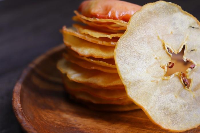 こちらはスライスして軽く煮たりんごをオーブンで焼き上げるりんごチップスです。砂糖とレモン果汁でさわやかな甘さをプラスしています。