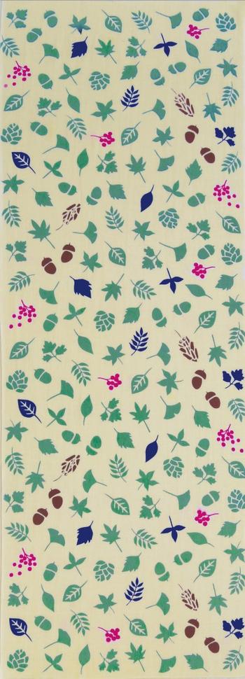 地色の薄い手ぬぐいは何かと使い勝手がよいですよ。季節を感じたり、家事が楽しくなるような柄だと、なおgood♪こんな、木の実に交じってみの虫が隠れている遊び心あるデザインもいいですね。