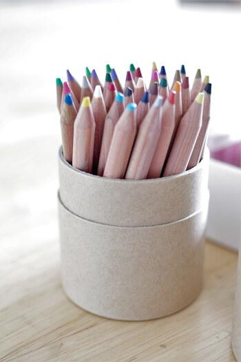 初めて使うときには、いきなりプロ仕様の高価なものを選ぶよりも、使いやすさという観点から選んでみるのもおすすめ。ポイントとなるのが色の数ですが、最初は本数が多すぎると、どれを使ったら良いのか迷ってしまうこともあるので、多すぎず少なすぎずバランス良くそろっているものが良いでしょう。  ちょっと塗り絵に挑戦してみたい場合には12色入り。楽しくなったら腕を磨きながら続けていきたい、という場合には24色入りや36色入りのものがおすすめです。  またイラストや絵を描くことを仕事にしたい人に向けて、プロ仕様のものも合わせてご紹介していますので参考にしてみてください。