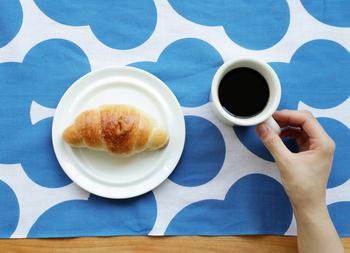 いつもの朝食も、おしゃれな手ぬぐいを一枚敷いてテーブルを彩ったら気分が上がりますね♪食事の後は、さっと台拭きとして使っても。