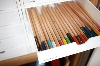 こちらのブロガーさんは、100均で手に入れたラックの引き出しにそのまま色鉛筆を収納しています。使いたいときには、引き出しごと持ち運んで使えば良いので簡単♪ざっくり収納できるので、子供はもちろん、忙しい大人にとっても便利でシンプルな方法ですね。