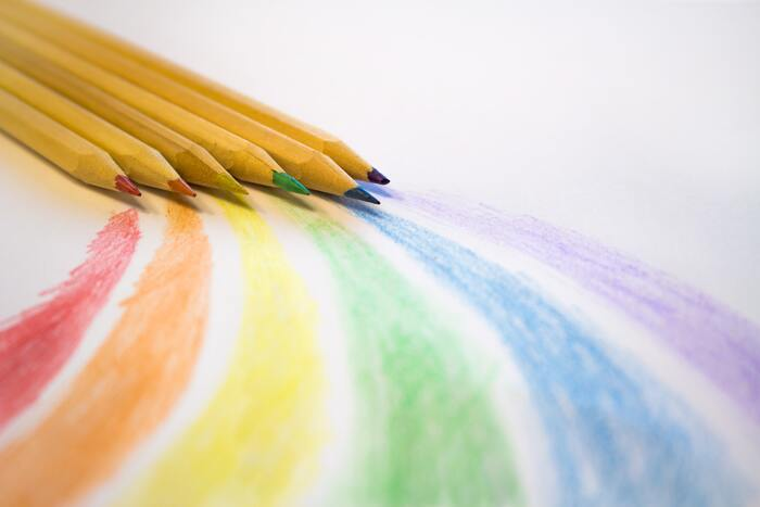 色鉛筆はカラフルで、眺めているだけでも豊かな気分になれるでしょう。まずは、画用紙に簡単な円を描いて、色を塗ってみるだけでも楽しい気分になれるはず。大人向けの塗り絵もありますので、ぜひ興味のある分野で色鉛筆を活用してみてください♪