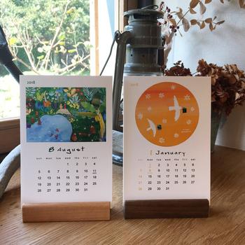 スマートな佇まいで、カレンダーを見せる役割を終えた後も、ポストカードや写真立てとして利用できるのが嬉しいですね。