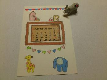 お気に入りの絵は、カレンダーにしても、ずっと眺めていたいもの。  それならば、ひと月だけでなく、年中楽しめるような、手作りカレンダーを作ってみては。  こちらの作品のように、絵の一部をくりぬいて「カレンダーの額」を兼ねたモノに変えてしまえば、カレンダーだけ入れ替えて、ずっとその絵を楽しみ続けることができます。