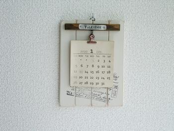 こちらも壁掛けカレンダー専用ボードですが、カレンダーを留めるのは、クリップ。  プレゼントとして一緒に贈った際、カレンダーとしての役割を終えても、別の使い道がありそうですね。